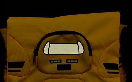 ベルト部と上ポケット部にリフレクター(反射板)を付け、お子様の安全性に配慮しました。